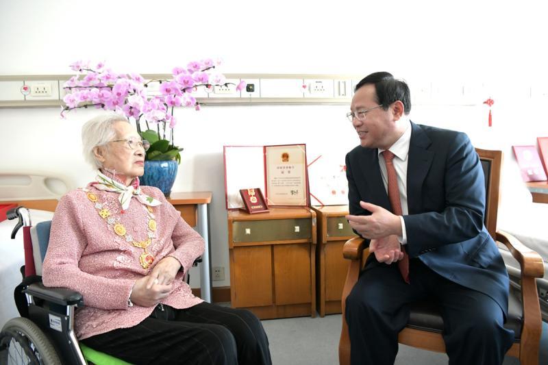 国家荣誉称号奖章熠熠生辉,她们是上海的光荣!李强看望于漪秦怡