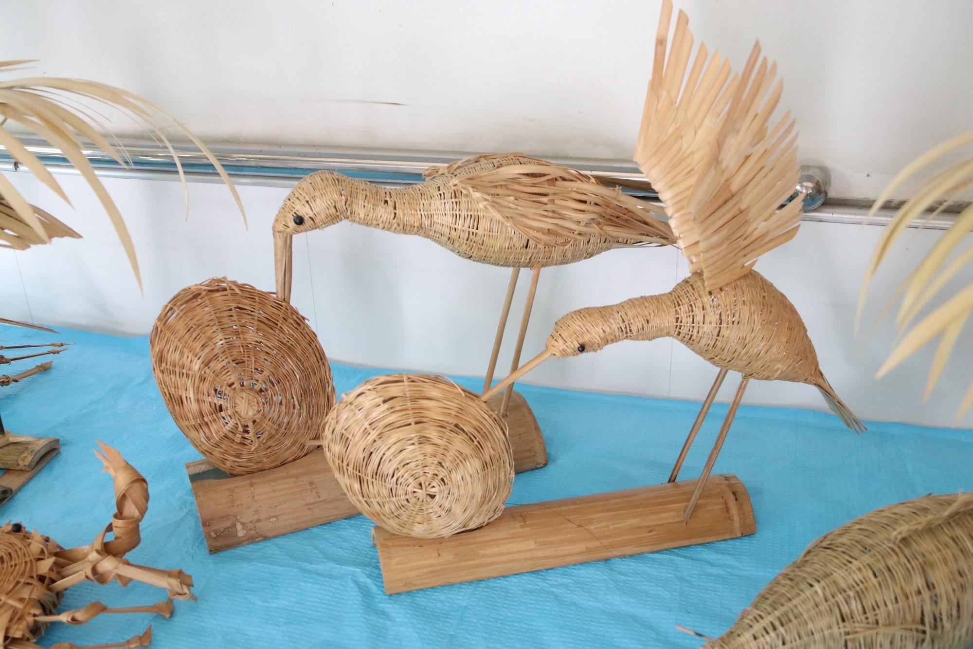 73岁竹编达人自制创意作品,飞鸟、螃蟹、孔雀无不栩栩如生