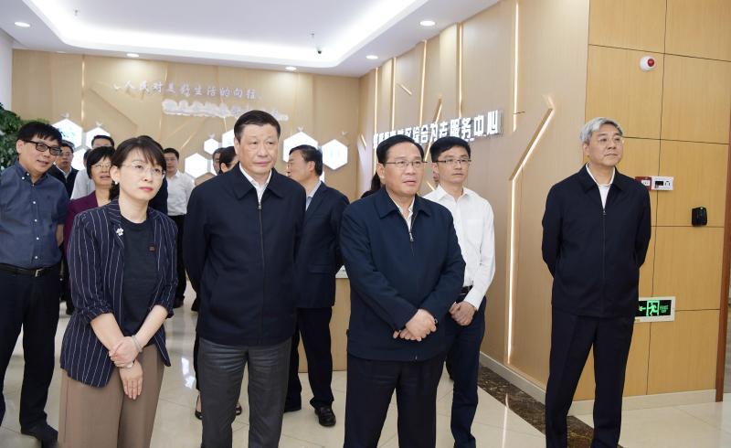 高规格调研+现场会上,上海市委书记说了:让城市寿星更多、老人笑容更多
