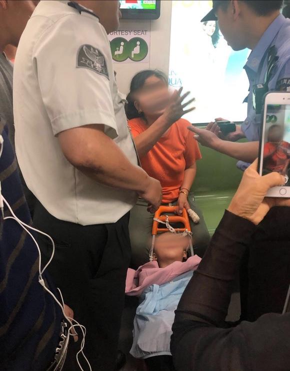 上海轨交2号线发生儿童拐卖一名女子被围堵?上海警方:非拐卖,女子是孩子母亲!