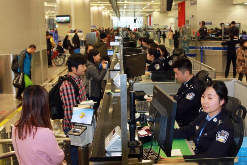 上海口岸出入境人数将超90万人次,上海边检全力应对春节假期出入境客