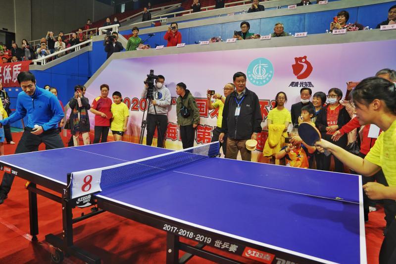 """王励勤开球,奥运冠军助阵,这场老年人乒乓球比赛为何有""""儿童节""""的画风?--上观"""