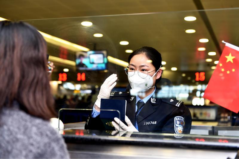 500多万只口罩随船抵达上海,边检民警以最快速度检查放行