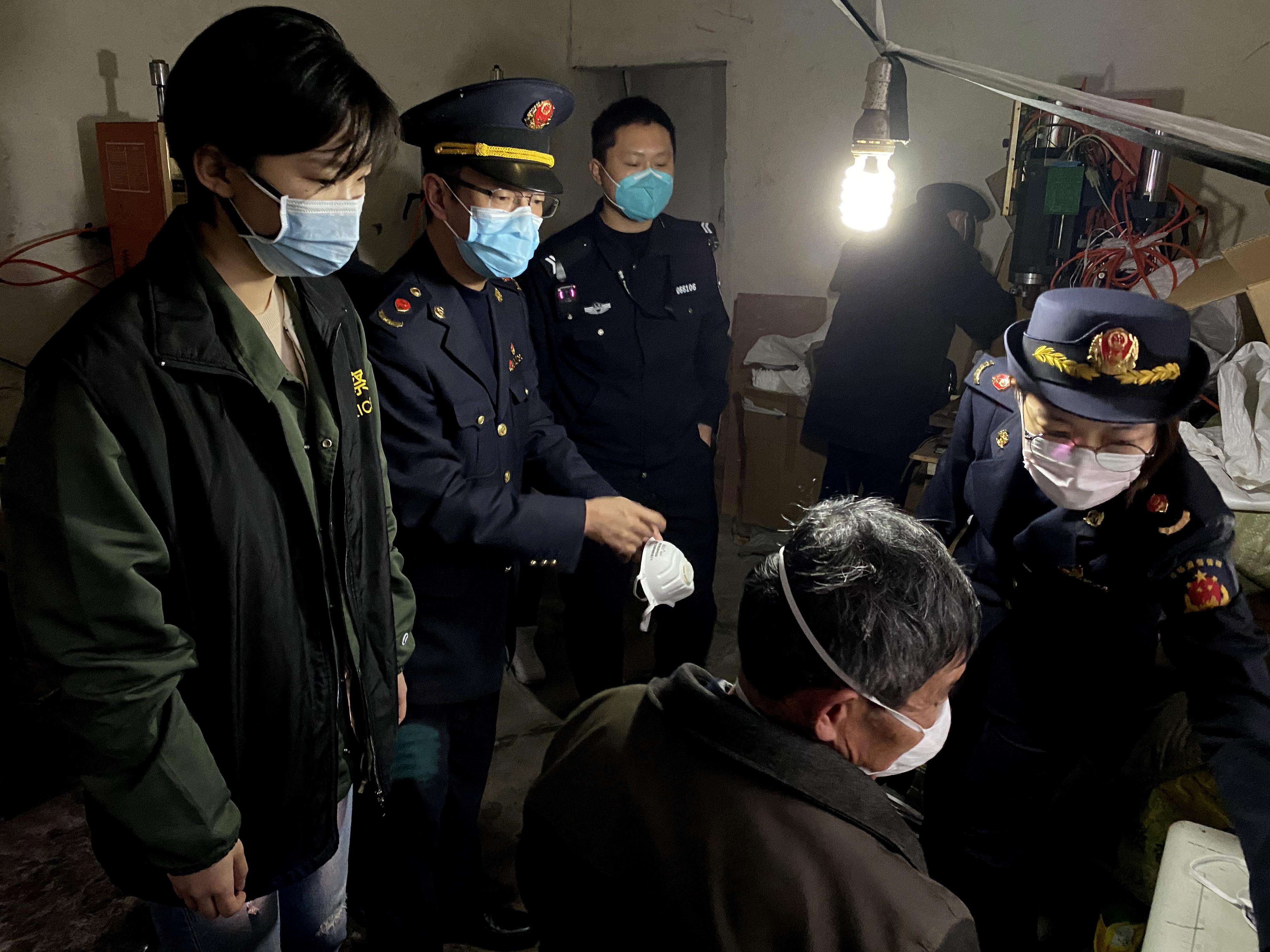 上海警方捣毁一特大制售假劣口罩犯罪窝点,现场查获假劣口罩10余万枚