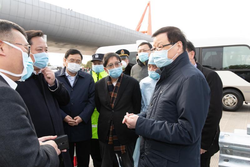 应勇市长检查G60高速道口、虹桥机场、虹桥火车站,要求全力防疫情输