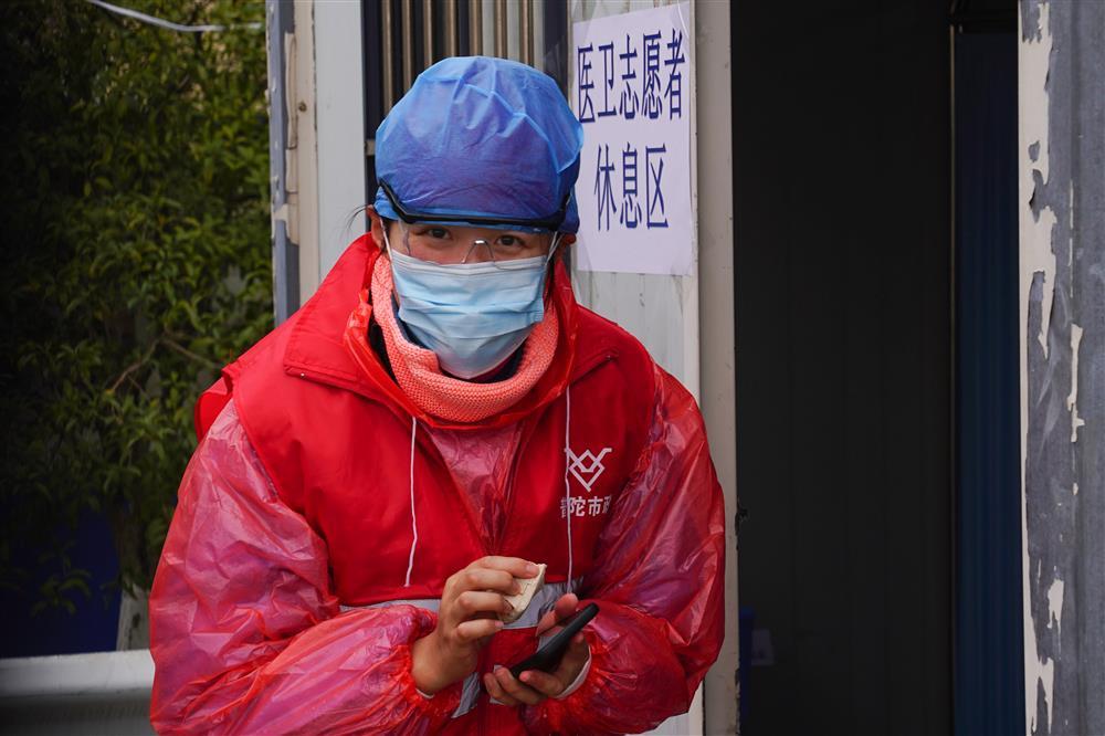 入沪车上出现宠物狗,要测体温吗?上海青年志愿者在道口解答想不到