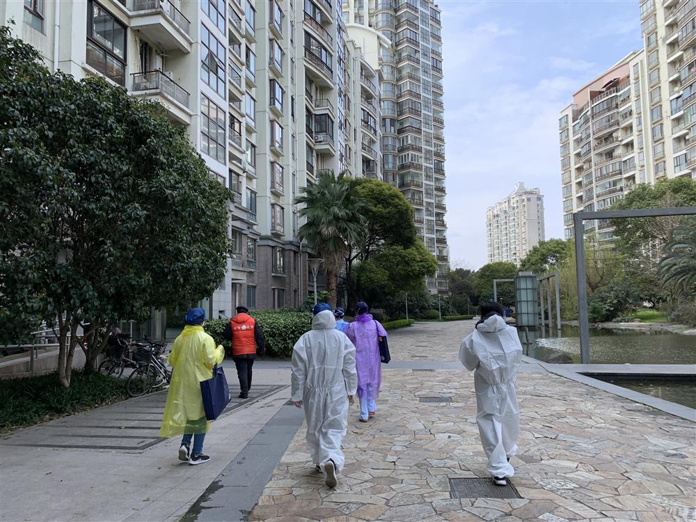 居家隔离的韩国老夫妻给上门排摸信息的医生、志愿者送上饼干
