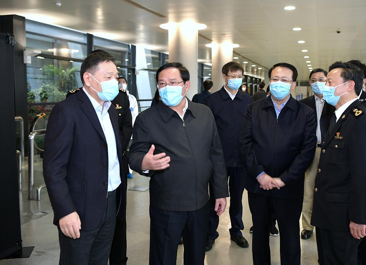 闭环防控、守好国门!李强、龚正赴浦东机场和集中隔离点检查