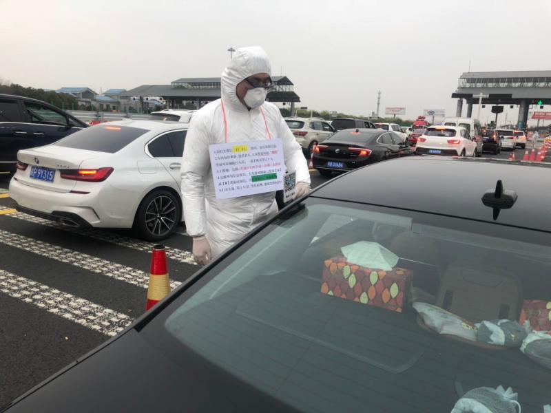 """外企人事专员在道口检查车辆:做志愿者,是这名""""80后""""追求的仪式感"""
