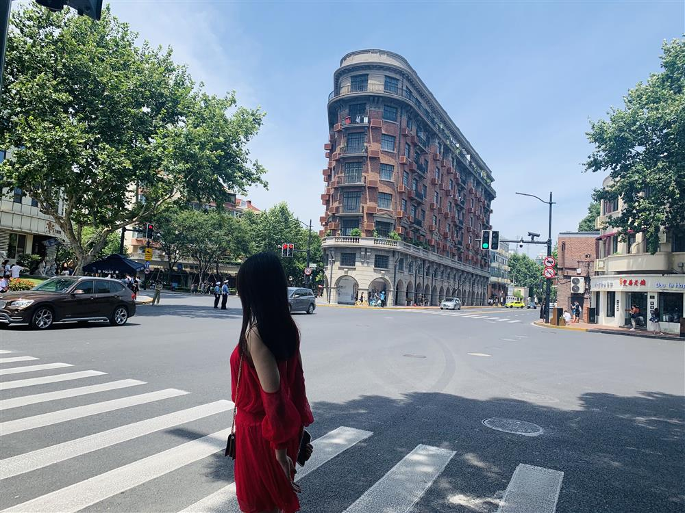 """高温来袭,可上海这条路上美女扎堆,为啥""""涂满防晒霜也要来"""""""