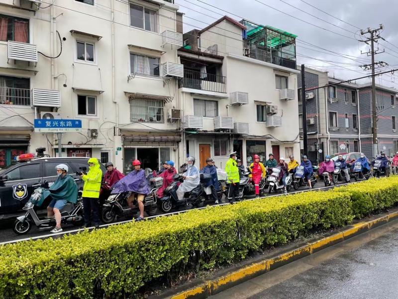 上海轮渡线全部停航,警车护送非机动车走隧道渡江
