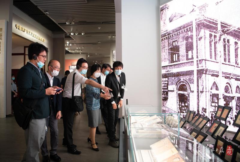 【直击】日本友人冒雨参观:中共一大纪念馆首次进行日语讲解