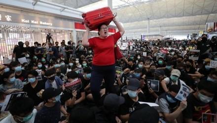 新加坡女子,香港机场高举行李箱,冲破暴徒阻碍,回家了!