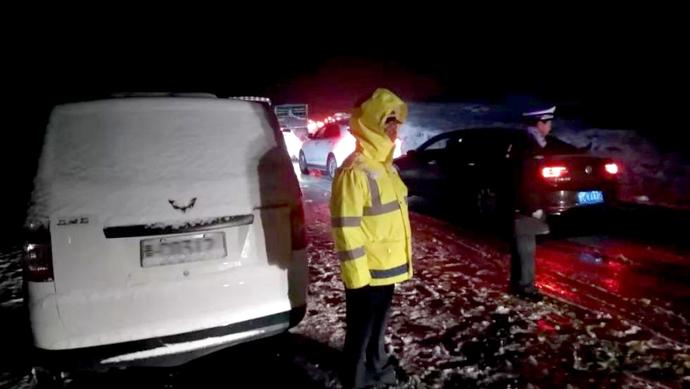 青海祁连昨夜大雪,上千辆车被困景阳岭