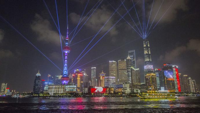 上海黄浦江畔现光影秀,为新中国70华诞点燃生日烛光