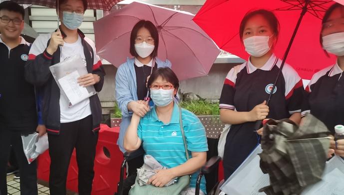2天4场,大雨中这位班主任因骨折坚持坐轮椅送考!学生:看到老师心定了
