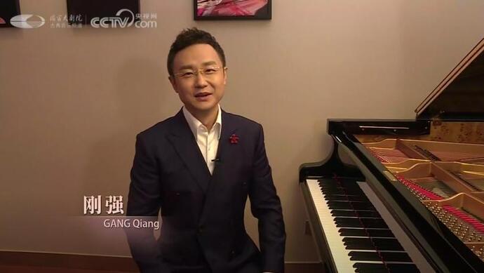 没想到!这位央视《新闻联播》主播在演出前露出一手弹钢琴的本事