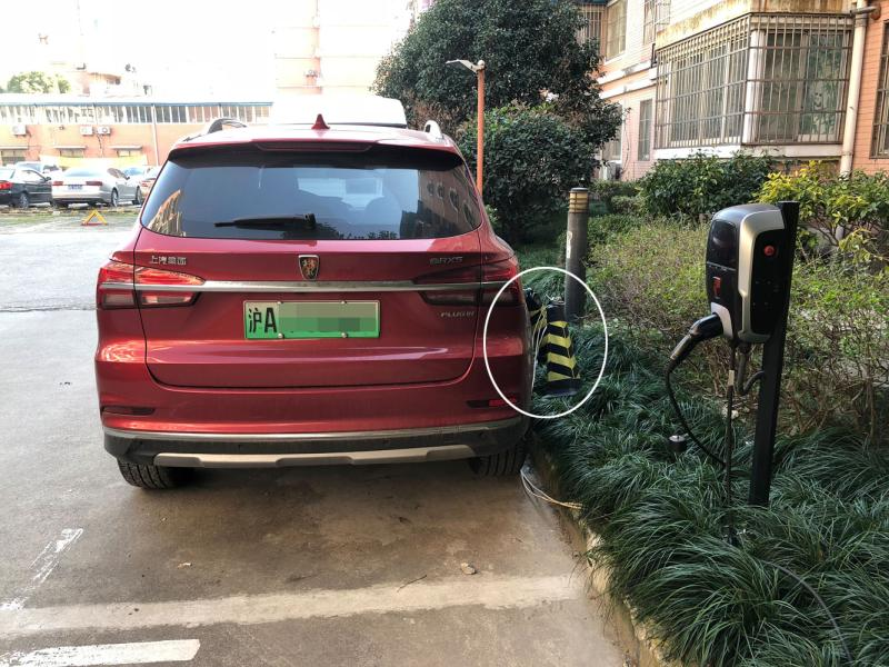 """装上充电桩,公众车位就变""""独用车位""""?上海答允小区公众车位装"""