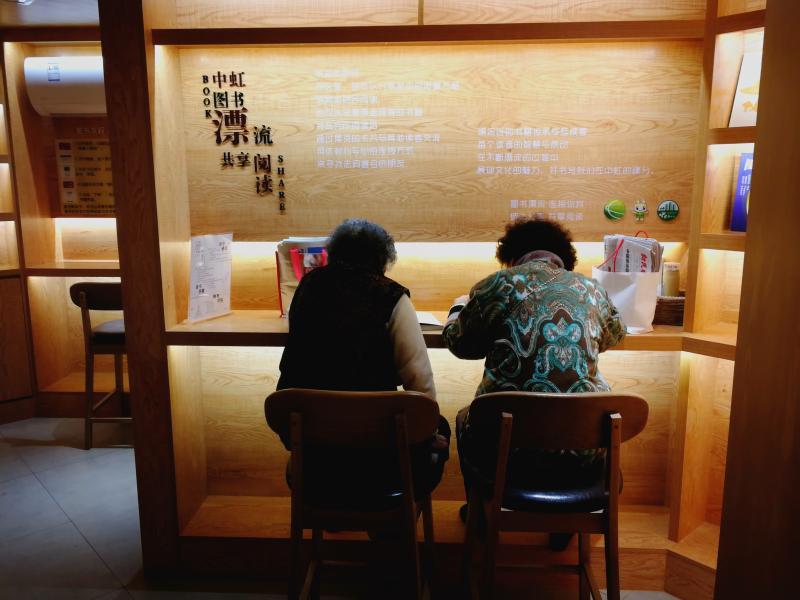 """年轻人学唱戏,老人看书喝咖啡,浦东这些文化办事站有点""""潮"""""""