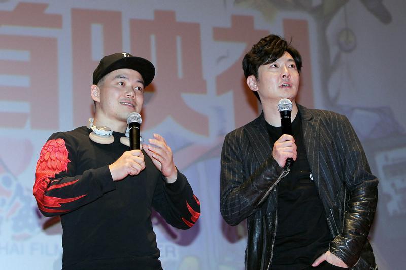 """导演何念(左),""""经济适用男""""王抠抠的扮演者郭京飞。"""