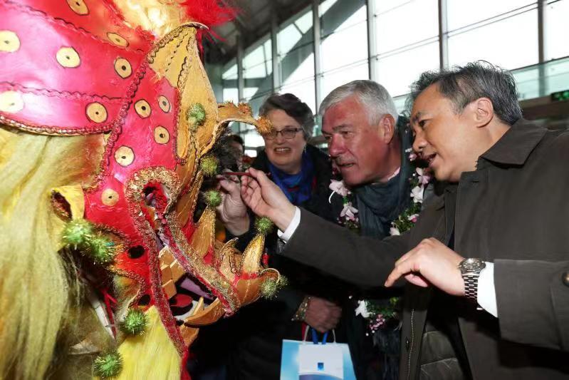上海迎来今年最大访问港邮轮,2400余名国际游客入境体验中国m88明升体育文化